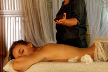 Massage corps aux huiles chaudes